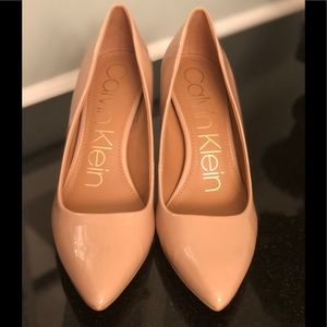 NWOT CALVIN KLEIN Gayle Pump, nude patent w gold